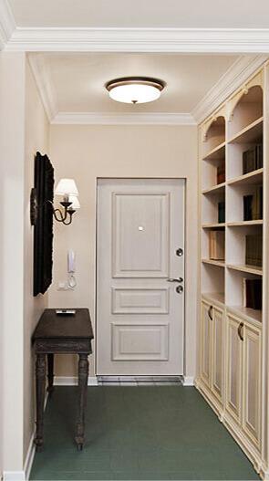Вид на входную дверь из коридора квартиры